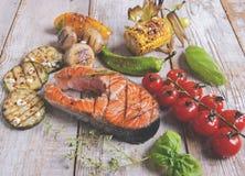 Saumons grillés par bifteck avec des légumes Images stock