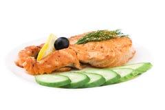saumons grillés par concombre appétissant découpés en tranches Photographie stock libre de droits