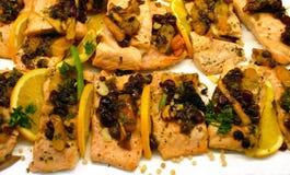 Saumons grillés par raisin sec image stock