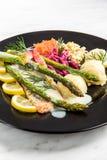 Saumons grill?s avec l'asperge et les pommes de terre, partie de portion de restaurant photos stock