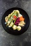 Saumons grill?s avec l'asperge et les pommes de terre, partie de portion de restaurant photos libres de droits