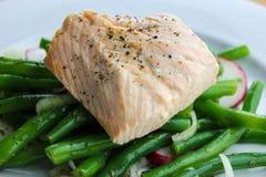 Saumons pochés avec les haricots verts et le radis Photo stock