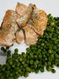 Saumons rôtis avec des pois Photographie stock
