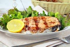 Saumons rouges de poissons grillés avec le citron Photographie stock