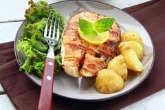 Saumons rouges de poissons grillés avec le citron Image libre de droits