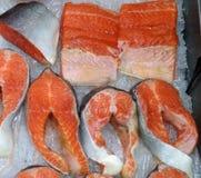 Saumons rouges frais de poissons blancs de mer photographie stock libre de droits