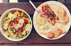 Saumons sauvages avec la pomme de terre et la salade photos stock