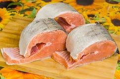 Saumons sur une planche à découper Image stock