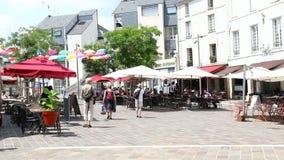 Saumur avec des personnes dinant sur le Saint Pierre d'endroit clips vidéos