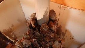 Sauna, água mineral de derramamento nas pedras quentes do vulcão para fazer o vapor video estoque
