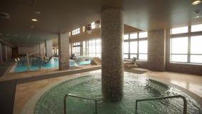 Sauna con una grande piscina stock footage