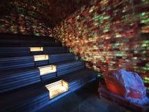 Sauna d'intérieur de sel - lumières et morceaux colorés de sel images stock