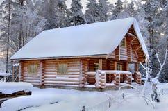 Sauna de madeira nova em uma floresta nevado do inverno, dia ensolarado do russo Fotografia de Stock