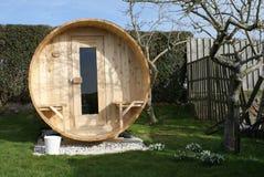 Sauna de madera al aire libre en el jardín foto de archivo libre de regalías