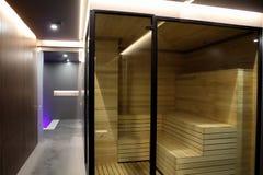 Sauna della Finlandia dentro la cabina di vetro alla località di soggiorno di stazione termale Fotografia Stock