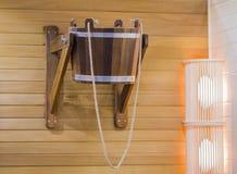 Sauna di legno tradizionale per rilassamento con il secchio di acqua immagini stock