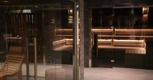 Sauna en bois cher avec la belle illumination de l'hôtel de cinq étoiles Possibilité éloignée Prores, mouvement lent banque de vidéos
