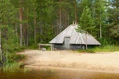 Sauna finlandais sur le rivage du lac Photographie stock libre de droits