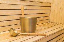 Sauna - intérieur d'un sauna finlandais de détente avec le seau Image stock