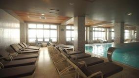Sauna met een groot zwembad stock footage