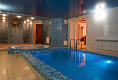 Sauna mit einem kleinen Swimmingpool lizenzfreies stockbild