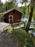 Sauna naast een meer en bomen stock foto's