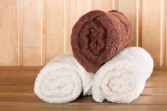 Sauna tradicional para o abrandamento com grupo de toalhas limpas Fotografia de Stock