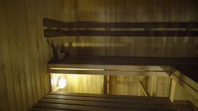 Sauna wnętrze - Relaksuje w gorącym sauna zbiory wideo
