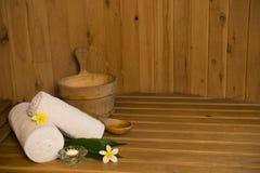 Saunabank mit weißen Tüchern und Eimer Lizenzfreies Stockfoto