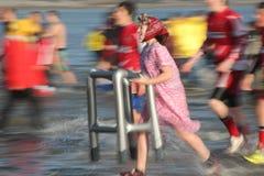 Saundersfoot慈善的新年游泳 免版税图库摄影