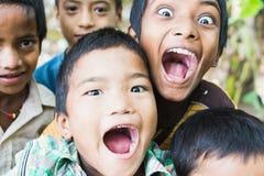 SAURAHA, NEPAL - APRIL 2015: portret van Nepali-jongens die de camera in het nationale park van Chitwan onderzoeken stock afbeeldingen