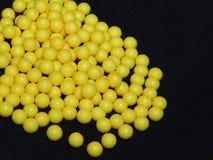 Saure Ascorbinpillen auf schwarzer Form, gelbe runde Tabletten, Vitamin C lizenzfreie stockfotografie
