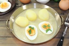 Saure Senfeier mit Soße und Kartoffeln Stockfoto