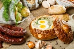 Saure Suppe gedient im Brot mit Ei Lizenzfreies Stockbild