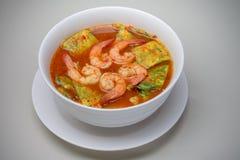 Saure Suppe mit Garnele und Akazie Pennata-Omelett Stockbild