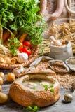 Saure Suppe mit Wurst und Eiern diente im Brot Stockfotografie