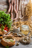Saure Suppe mit Wurst und Eiern diente im Brot Stockbilder