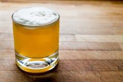 Saures Cocktail des Whiskys mit Schaum auf Holzoberfläche lizenzfreies stockbild