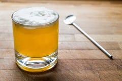 Saures Cocktail des Whiskys mit Schaum auf Holzoberfläche stockfoto