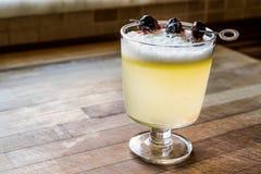 Saures Cocktail Pisco mit Kirschnatürlichem Licht Stockbild