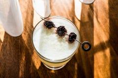 Saures Cocktail Pisco mit Kirschnatürlichem Licht Stockfoto