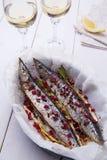 Saurio con la mezcla de pimientas, de cebolla verde y de semillas de la granada con dos vidrios de vino blanco imágenes de archivo libres de regalías