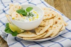 Saus met yoghurt en komkommer voor aanzet Royalty-vrije Stock Foto