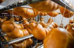 sausage Linha de produção da salsicha Salsicha no contador para fotografia de stock