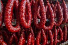 sausage Linha de produção da salsicha Salsicha no contador para fotografia de stock royalty free