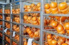 sausage Linha de produção da salsicha Salsicha no contador para foto de stock