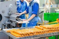 sausage Linha de produção da salsicha Processo de manufacturi da salsicha fotos de stock