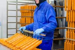 sausage Linha de produção da salsicha Processo de manufacturi da salsicha fotografia de stock royalty free