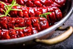 sausage Salsicha Roasted do chouriço Hotel ou restaurante picante Roasted da casa do chouriço da salsicha com uísque do conhaque  Fotos de Stock