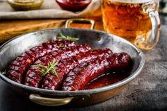 sausage Salsicha Roasted do chouriço Hotel ou restaurante picante Roasted da casa do chouriço da salsicha com uísque do conhaque  Foto de Stock Royalty Free